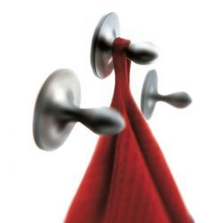 EVA Aluminyum Kancası Kendinden yapışkanlı, duvar delme ihtiyacı olmadan kullanılabilecek 3 adep Aluminyum kanca. Koruyucu bandı çıkarın ve kancaları 5 sn temiz ve kuru duvara karşı sıkıştırın. Duvar delme derdi olmadan oldukça pratik ve işlevsel bir ürün seti. İster banyo isterseniz mutfaklarınızda kullanabilirsiniz. Tool Design tasarım grubunun EVA SOLO için dizayn ettiği diğer banyo aksesuarları ile beraber kullanıldığında banyonuza zerafet ve değer katar.