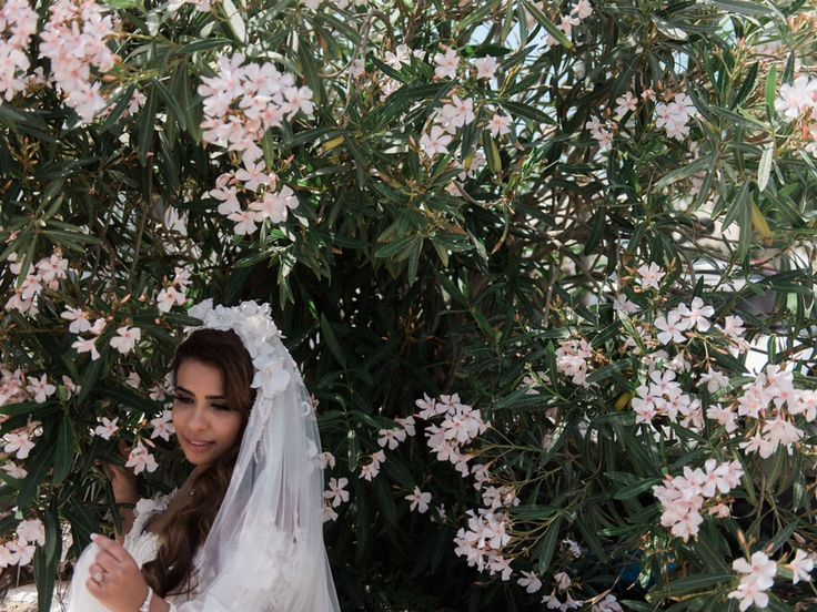 Bride, photoshooting, flowers, veil, pink, stunning,