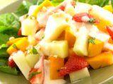Salad Buah Saus Yoghurt   Mangga, melon dan strawberry yang asam manis segar semakin memikat dengan aroma menthol daun mint. Apalagi ditambah yoghurt yang memiliki segudang manfaat untuk tubuh kita, tentunya kreasi resep ini mendukung pola hidup sehat bagi Clovers.