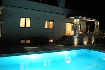 Δείτε αυτήν την υπέροχη καταχώρηση στην Airbnb: 【TOP】Modern Villa*Gym*Private Pool*Garden*WiFi! - Βίλες προς ενοικίαση στην/στο Sitia