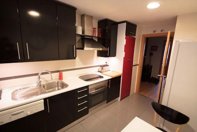 Cambia tu cocina low cost forrando los armarios con - Vinilos low cost ...