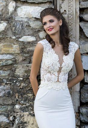 Svadobné šaty s hlbokým rúchovým výstrihom