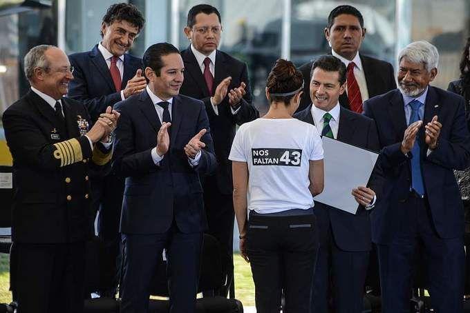 """#DESTACADAS:  """"Nos Faltan 43"""" recuerda investigadora a Peña Nieto durante premiación - Hoy Estado"""
