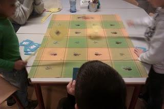 Met dit spel oefenen we de dubbelen en bijna dubbelen.  De spelleider heeft een kaartje met sommen erop.De andere kinderen hebben een vliegenmepper.De spelleider leest de som voor wat op het kaartje staat en de kinderen met de vliegenmeppers slaan op het goede antwoord.Op een oude laken heb ik met transferpapier muggen en vliegen gestreken met cijfers erin.  Zo slaan de kinderen met de vliegenmepper echt op een beestje :) http://rekenspellen.blogspot.nl/search/label/werkblad