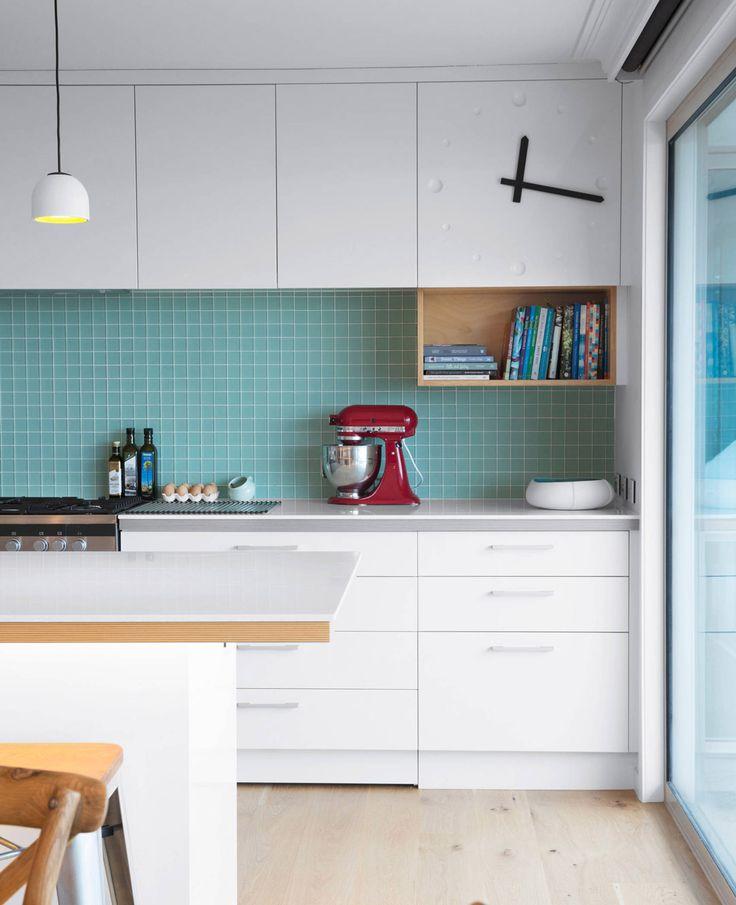 Design cucina scandinava con paraschizzi mosaico blu elegante abbinato a mobili bianchi + legno