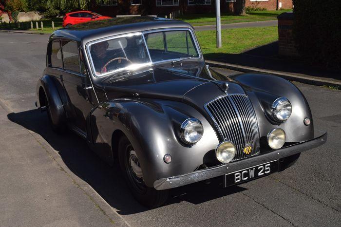 AC 2 Liter 1951 Coupé in algehele goede staat 23.928 mijlen  Deze goed bewaard gebleven AC heeft een aluminium frame. De eerste registratie was op 10.09.1951. Dit voertuig is antraciet met blauw leder en houten toebehoren. De zitplaatsen en hemelbekleding zijn in een originele staat met een licht patina.De motor deels in aluminium heeft een cilinderinhoud van 1991 6 cilinders. De 3 carburateurs zorgen voor een goede rijervaring ca. 54 kW / 75 pk. Dit voertuig loopt op benzine en heeft een…