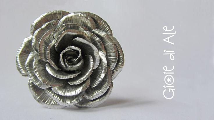 Rosa in alluminio realizzata interamente a mano, cesoie e martello #gioiediale #lemaddine #lemaddinecreano #bijouxhandmade #handmadejewelry #bijoux #gioie_di_ale #jewels #alluminio