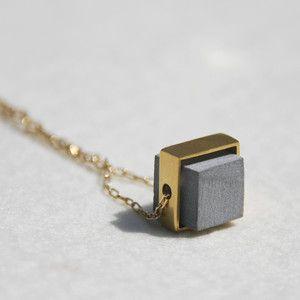 Concrete jewelry! Saturn Necklace Gold Plate Ciro: bakeliet met ring