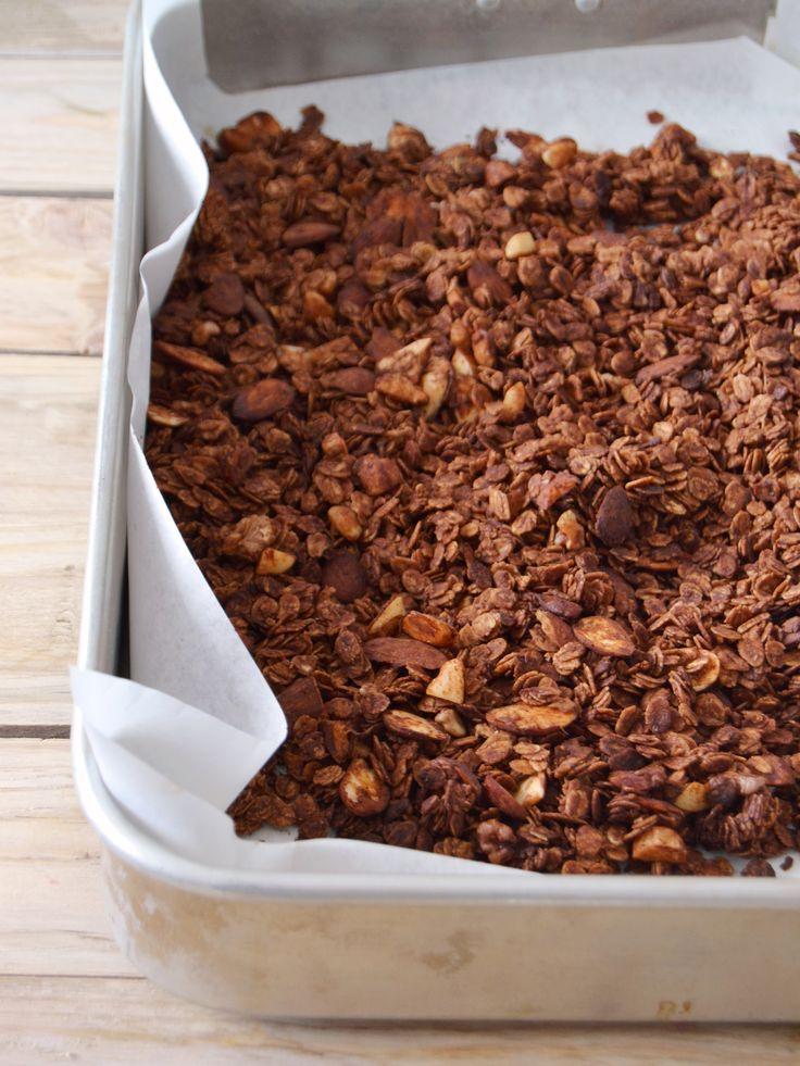 Granola de chocolate com frutos vermelhos // Chocolate granola with red berries