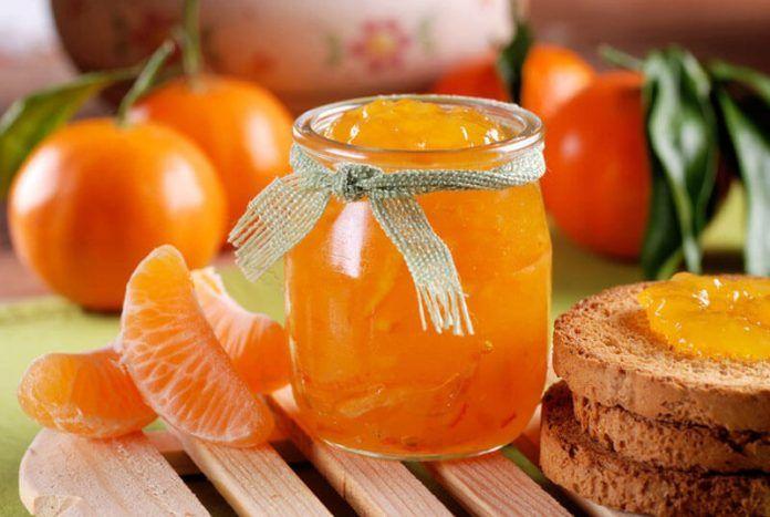 Утром с тостом — объедение! Ингредиенты: 1 кг мандаринов 1 крупный апельсин 1 кг сахара 1 ст. воды 2 ч. ложки молотого имбиря 1 пакетик ванилина. Приготовление: Мандарины и апельсин очищаем от шкурки, разделяем на дольки. Цитрусовые залейте стаканом воды и оставьте на 8 часов. Затем