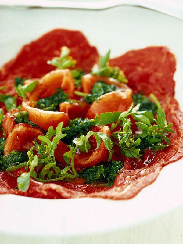Carpaccio di manzo con insalata di pomodori agrodolci e salsa al crescione