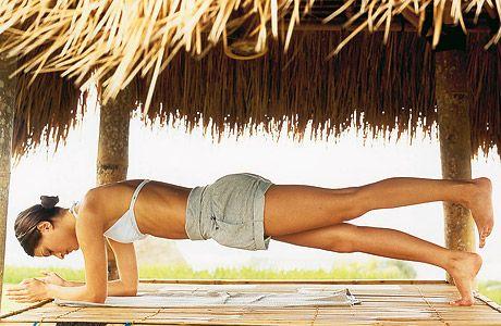 Workout: Power-Übungen für einen straffen Bauch - BRIGITTE Geh in den Unterarmstütz und stell die Fußspitzen auf, so dass der Körper eine möglichst gerade Linie parallel zum Boden bildet. Die Schultern weg von den Ohren nach unten und den Bauchnabel nach innen ziehen. Jetzt das linke Bein heben, etwa 3 Sekunden lang halten und wieder senken. Seitenwechsel. 5-mal pro Seite.
