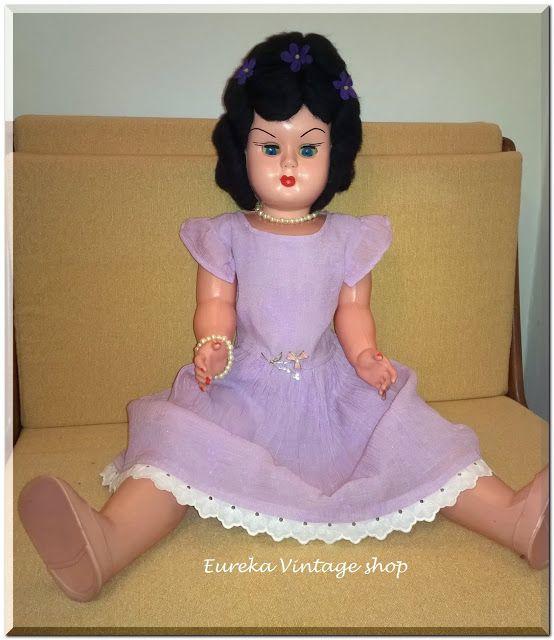 Ελληνική κούκλα καναπέ από την δεκαετία 1960's -1970's.  Η κούκλα είναι σε πολύ καλή κατάσταση.  Φτιαγμένη από πλαστική ύλη, εκτός το κεφάλι που είναι από ένα είδος κοκάλινου πλαστικού.