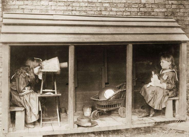 1887 ΄Ενα μικρό κορίτσι χρησιμοποιεί μια κάμερα για να φωτογραφίσει μια φίλη της. (φωτο του Rev F. C. Lambert)Ιστορικές φωτογραφίες με παιδικά παιχνίδια από το 1800 έως το 1970. Πώς διασκέδαζαν τα παιδιά πριν από το διαδίκτυο! | Νέα: 521news.com
