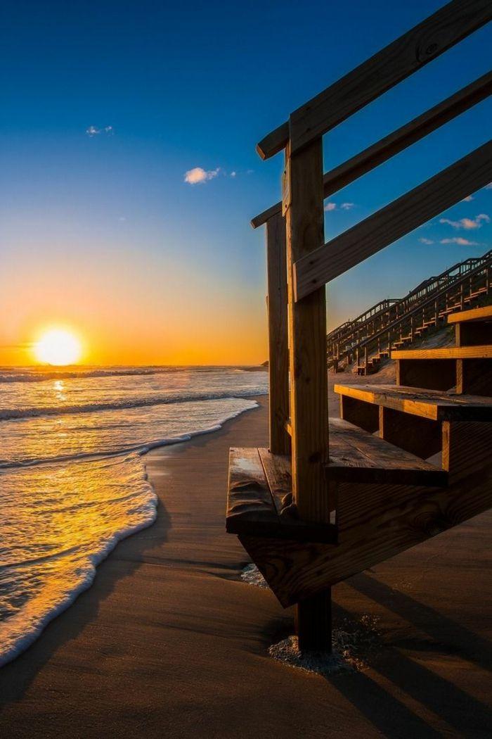 le plus beau paysage paradisiaque de la plage avec un joli couche de soleil