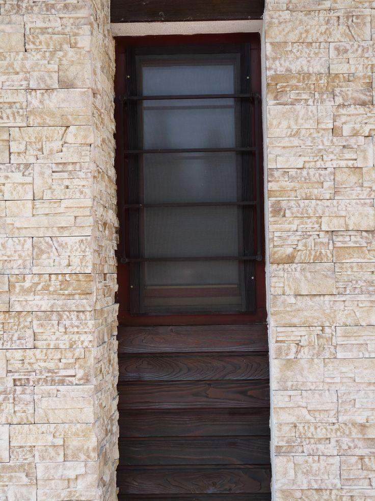 ablak rusztikus külső falburkolattal