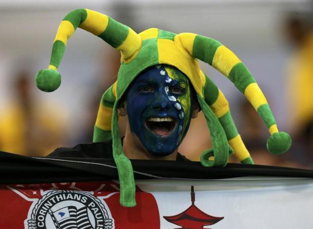 Com as cores brasileiras e bandeira do Corinthians, torcedor faz a festa no jogo Nigéria e Bósnia, em Cuiabá (Fonte: PLACAR).