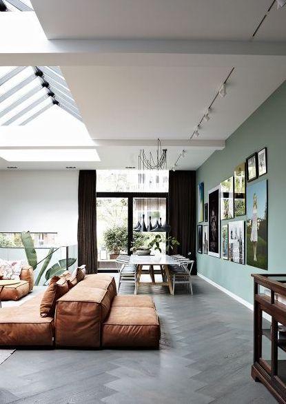 Interno luminoso e accogliente: divano in pelle, pavimento in legno e parete verde salvia. Bright and cosy interior: leather sofa, wooden flooring and sage green wall. #vempelle #vemverde
