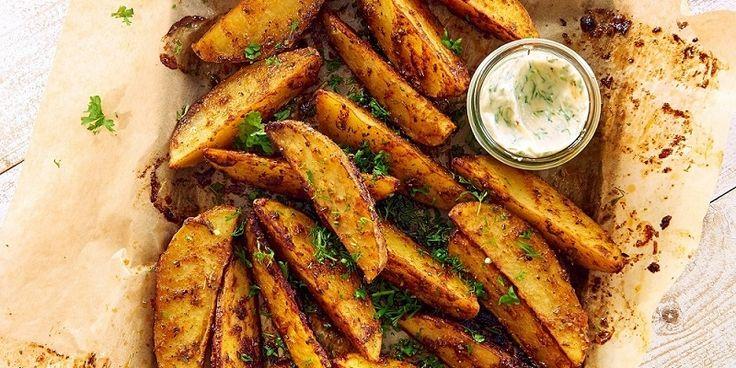 Zobacz wyjątkowe pieczone łódeczki z ziemniaków obtoczonych w pikantnej marynacie z oliwą z oliwek! Takie pyszności podasz z ketchupem czy sosem czosnkowym?