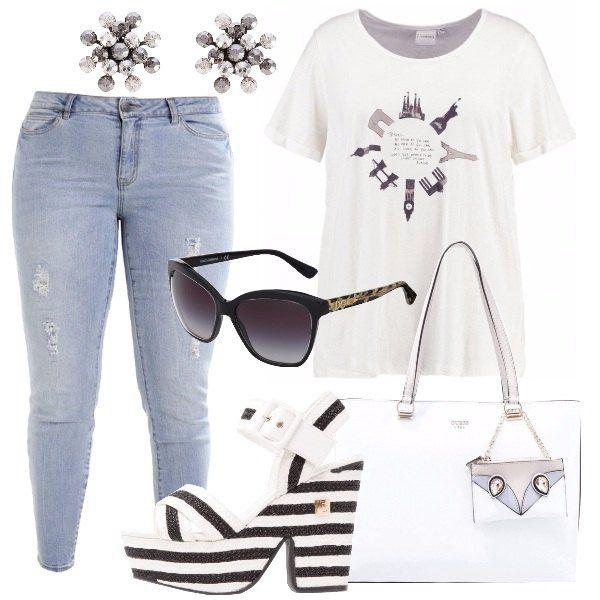 T-shirt bianca in cotone con scollo tondo e stampa sul davanti, jeans chiari modello slim e lunghezza 7/8, sandalo bianco e nero con tacco largo e plateau anteriore in tessuto ed ecopelle, borsa bianca in ecopelle, occhiale da sole modello a farfalla, orecchini con pietre.