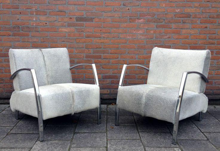 Fraaie design fauteuils bekleed met unieke licht grijze koeienhuid. Deze fauteuiltjes zijn ook te leveren met een andere kleur koeienhuid. koeienhuid stoel