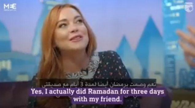 Lindsay Lohan Puasa 3 Hari dan Membaca Al-Quran  [PORTAL-ISLAM]Setelah sempat dikabarkan memeluk Islam dan beberapa kesempatan tampak berhijab bintang film Hollywood Lindsay Lohan kembali menjadi perbincangan setelah menyampaikan ucapan selamat Ramadhan. Lewat akun instagram @Lindsaylohan selebriti yang memulai kariernya di dunia akting sejak kecil ini pada 27 Mei 2017 (bertepatan 1 Ramadhan 1438) mengunggah foto dengan caption tagar '#happyramadan'. Apakah Lindsay Lohan ikut berpuasa? Dalam…