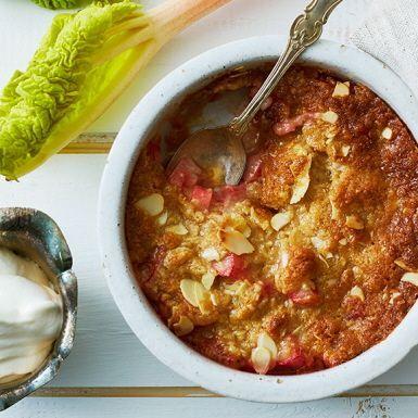 Lyxa till rabarberpajen med brynt smör. Det ger en fantastisk nötig touch som passar perfekt till den sötsyrliga fyllningen. En glutenfri variant? Välj ren havre och byt ut vetemjöl mot potatismjöl. Servera pajen ljummen med vaniljglass eller fluffig vaniljsås.