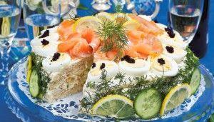 Smorgastarta (Zweedse Brood Stapel Taart) Vergelijkbaar met onze koude schotel maar dan op basis van brood ipv aardappelen. Het is makkelijk en op vele manieren te maken. Een aantal voorbeelden van ingredienten zijn: Brood, mayonaise, creme fraiche, tomaten, ei, garnalen, gerookte zalm, tonijn, crabstics, gebakken kipfilet (vleeswaren), olijven, radijsjes, komkommer, roomkaas, augurken, mosterd, bieslook, peterselie etc etc..