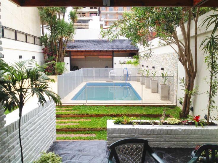 Mirá imágenes de diseños de Jardines estilo moderno: Reciclaje de un jardín con pileta descuidado. Encontrá las mejores fotos para inspirarte y creá tu hogar perfecto.