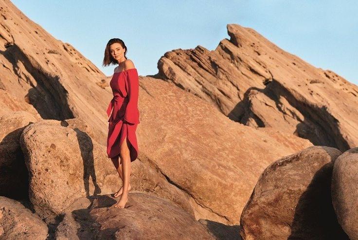沙漠中露酥胸 米蘭達柯爾依舊性感 | udnSTYLE 時尚.名人.生活風格
