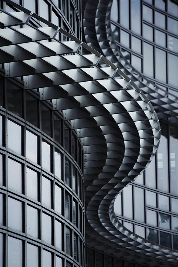Curved window facade