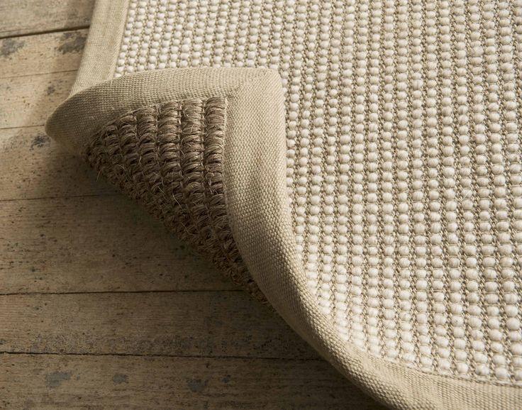 Een dubbelzijdig vloerkleed om twee verschillende interieur stijlen te kunnen creëeren zoals op deze ambachtelijke houten vloer.