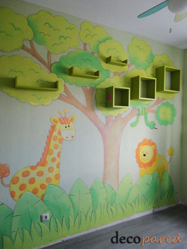Mural infantil con estantería sobre pared de gotele
