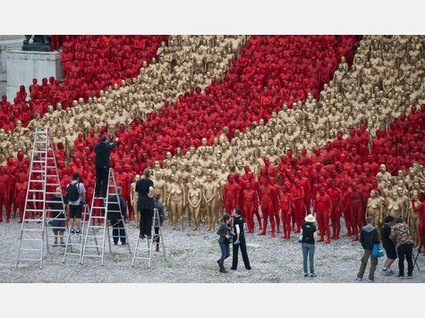 Spencer Tunick's new photographic venture: Red & Gold nudes for the Bavarian State Opera