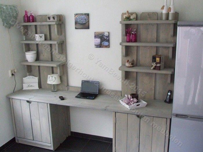Een prachtige bureau kast met 6 planken de onderkasten zijn voorzien van een…