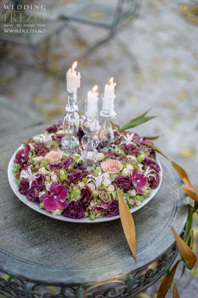 O nuntă de toamnă poate fi una de poveste! Lasă-te inspirată de lumina aurie și nuanțele calde ale frunzelor și combină-le cu nuanțe pudrate de roz și violet pentru o schema de culori rafinată!  Aranjament floral în nuanțe pudrate de roz și violet pentru o nuntă de toamnă. Design floral/ www.frezia.ro Photo/ Florin Cristache Make-up/ Alexandra Giuca