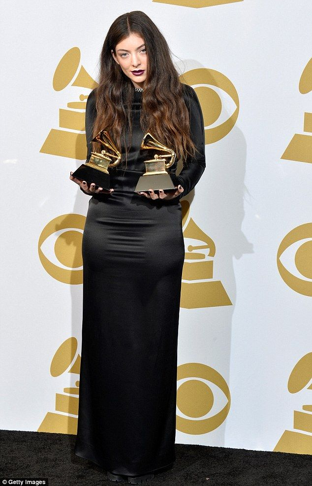 Halbuki gotik görünümlerin modası bizim lise yıllarımızla birlikte tarih oldu sanıyorduk, aydınlandık. Lorde gösteriyor ki Grammy kazansanız bile ergen olmak zor şey.