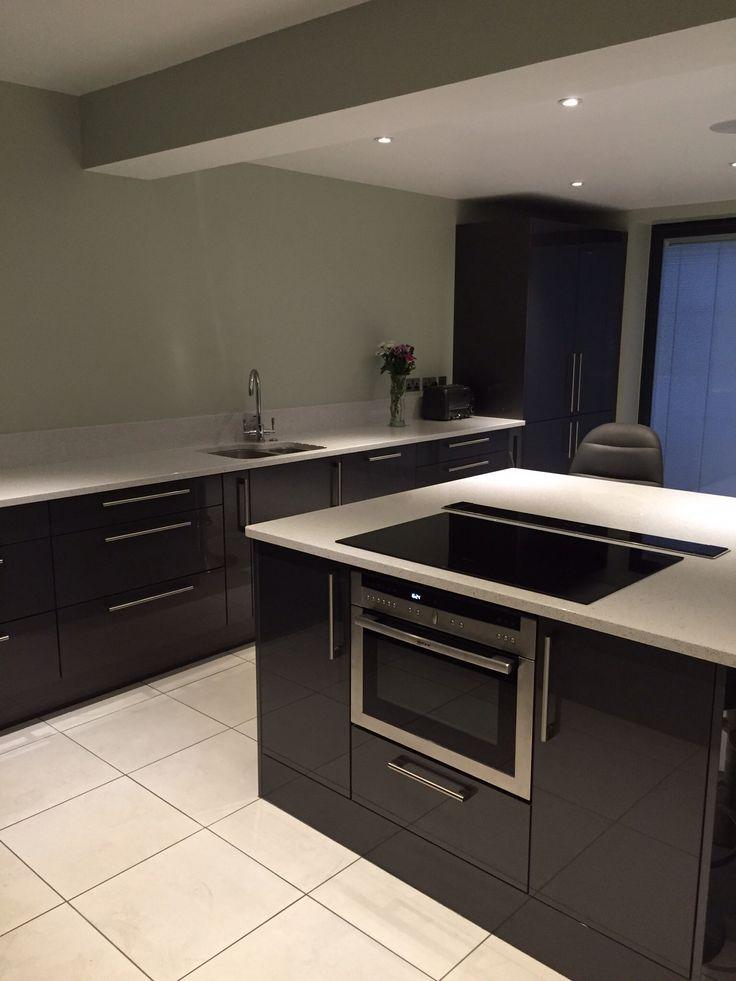 Anthracite grey gloss with Silestone Stellar Blanco quartz work surfaces and Neff appliances.