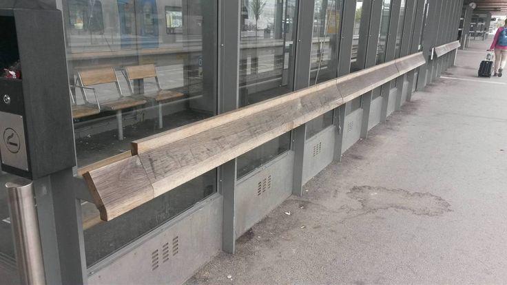 Exkluderande bänk på Uppsala centralstation.