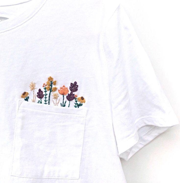 Dieses bestickte Shirt ist in der Größe klein aufgefüllt. Nur 1 verfügbar! Falls Sie es wollen