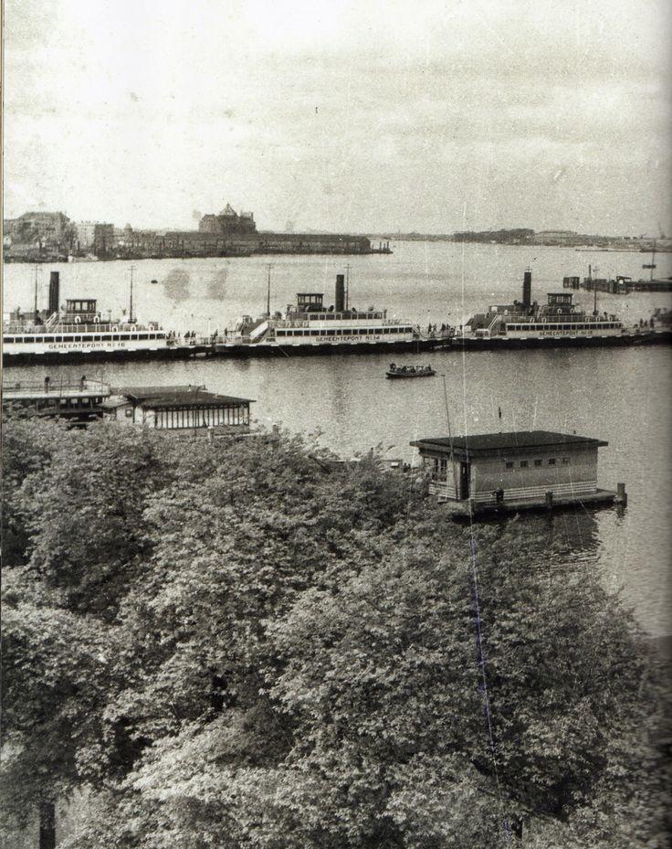 Amsterdam. 't IJ (1940?). Toen er geen brandstop meer was om de ponten te laten varen, werd met boten een tijdelijke vaste verbinding gemaakt tussen de IJ-oevers.