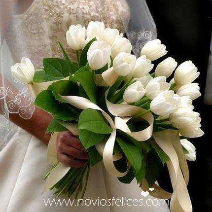 Ramo de novia con tulipanes blancos atados con un romántico lazo de fantasía