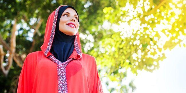 Cara Merawat Rambut untuk Wanita Berjilbab. Memakai jilbab adalah kewajiban bagi muslimah, namun berjilbab pun banyak tantangannya, salah satunya adalah masalah rambut. Karena sering tertutup., keringat dan minyak alami kulit kepala pun terperangkap di bawah jilbab, membuat rambub lembab terutama saat panas. Cara berjilbab yang menuntut rambut terbungkus rapat pun susah dilakukan saat rambut masih basah, karena bisa membuat kain ikut basah. Selain itu, muslimah yang aktif juga sering…