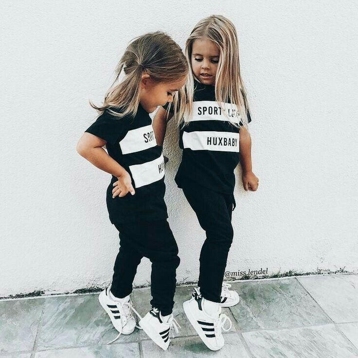 Adidas-Turnschuhe mit schwarzem Outfit