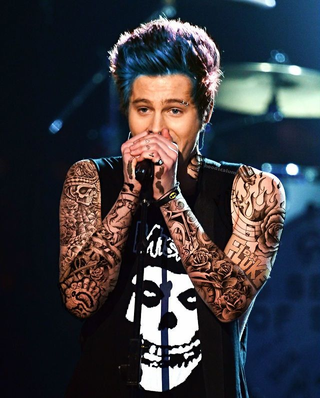 I honestly hate these punk edits, I love Luke the way he is! Maybe it's just the fact that I don't like many tattoos and fake color highlighted hair (unless its Michael)