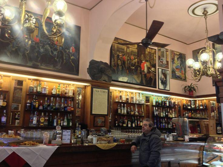 Profumo di storia e arte tra i suoi tavolini, in una delle piazze più belle della città.
