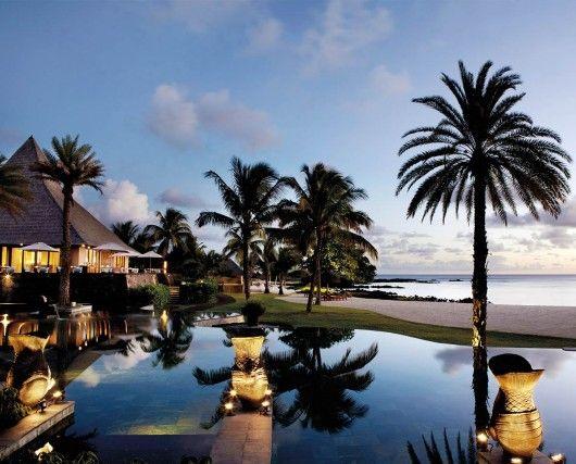 Shanti Maurice, MauritiusBoutique resort con affaccio su una baia ia forma di ferro di cavallo, sulla costa meridionale di Mauritius, immerso in 15 ettari di giardini tropicale.61 suite e ville situate direttamente sulla spiaggia, con piscina privata. La Nira Spa, oltre 699 mq, una delle più grandi dell'Oceano Indiano, con approccio olistico al benessere, è suddivisa in tre aree: Oriental, Indian e Natural-Bio. Info: shantimaurice.com