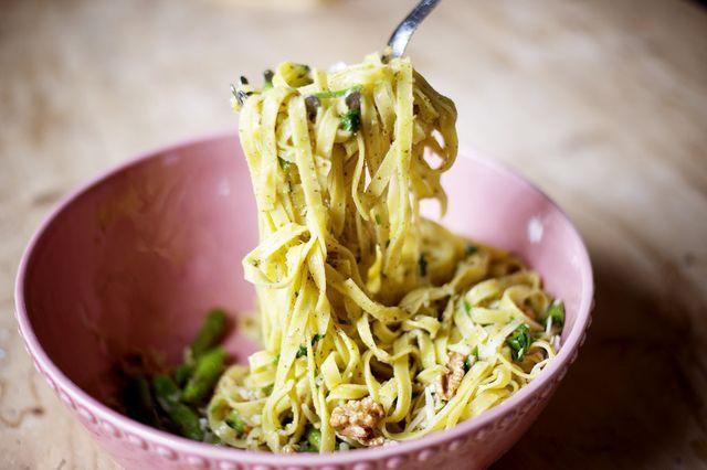 Tagliatelle med sparris, pesto, valnötter och parmesan