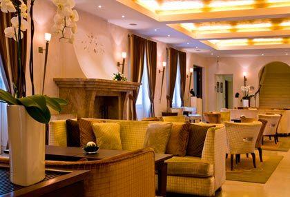 Eleganckie wnętrza lobby z kominkiem w Mamaison Hotel Le Regina. http://www.eskapista.com/pl/polska/hotele/mamaison-hotel-le-regina