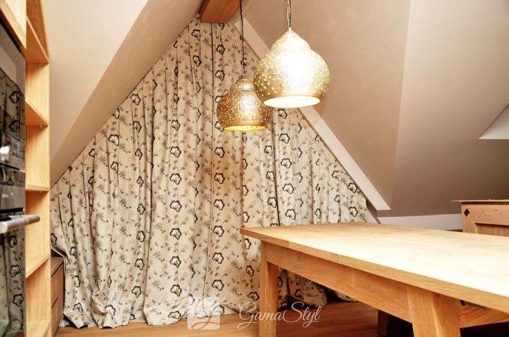 Dekoracja okna kuchennego w domu w stylu zakopiańskim. Na trójkątnym oknie zaistniały zasłony z haftem z możliwością całkowitego zasłonięcia okna. http://www.gamastyl.pl/oferta/dekoracje-okien